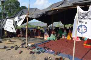 Adivasi women camp at a tent set up at the entrance of the mine. Women and children are currently facing the worst health impacts from coal-dust and fly-ash pollution from industries in the region. Credit: Aruna Chandrasekhar
