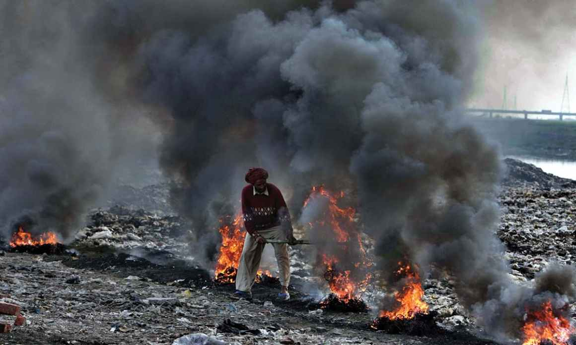 Used and stolen cables being burnt on the bed of Ravi river in Lahore   White Star