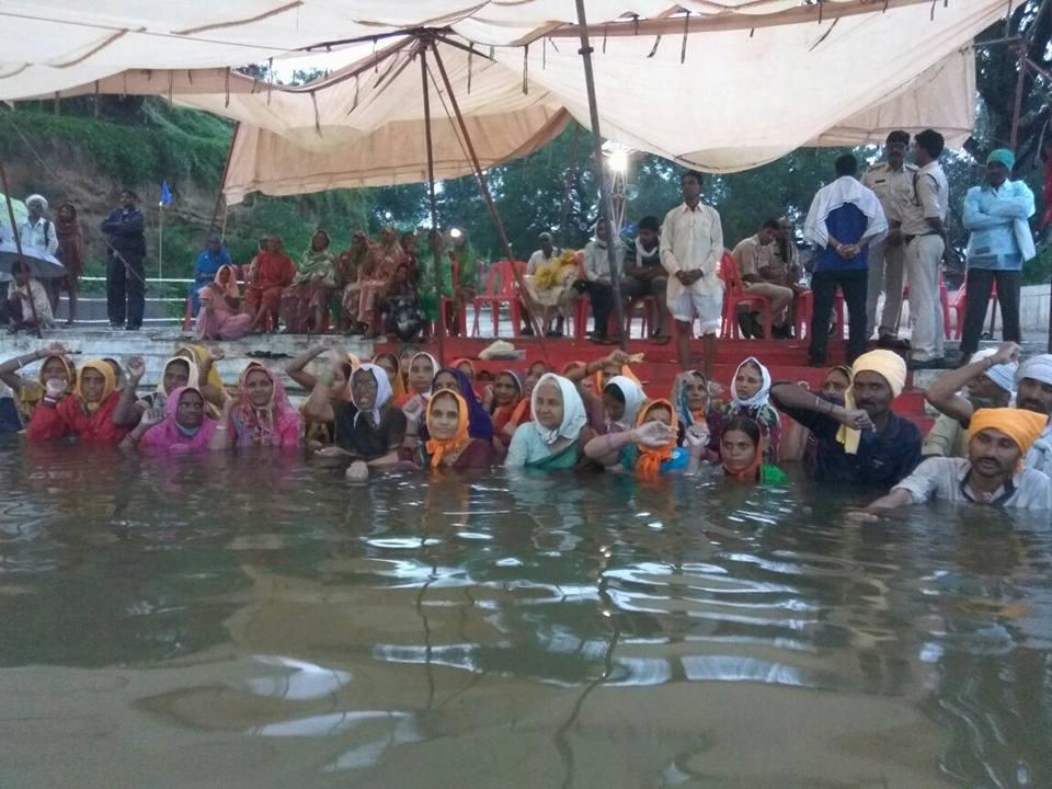 Protestors at the jalsatyagraha in Chhota Barda village. Courtesy: Narmada Bachao Andolan