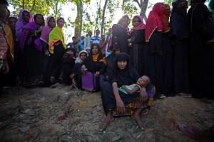 Rohingya refugees line up to receive humanitarian aid in Kutupalong refugee camp near Cox's Bazar, Bangladesh, October 23, 2017. Credit: Reuters/Hannah McKay