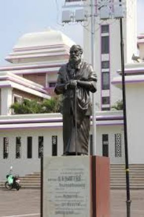 A statue of Periyar in front of the Periyar University building. Credit: Chinchu.c CC BY-SA 4.0