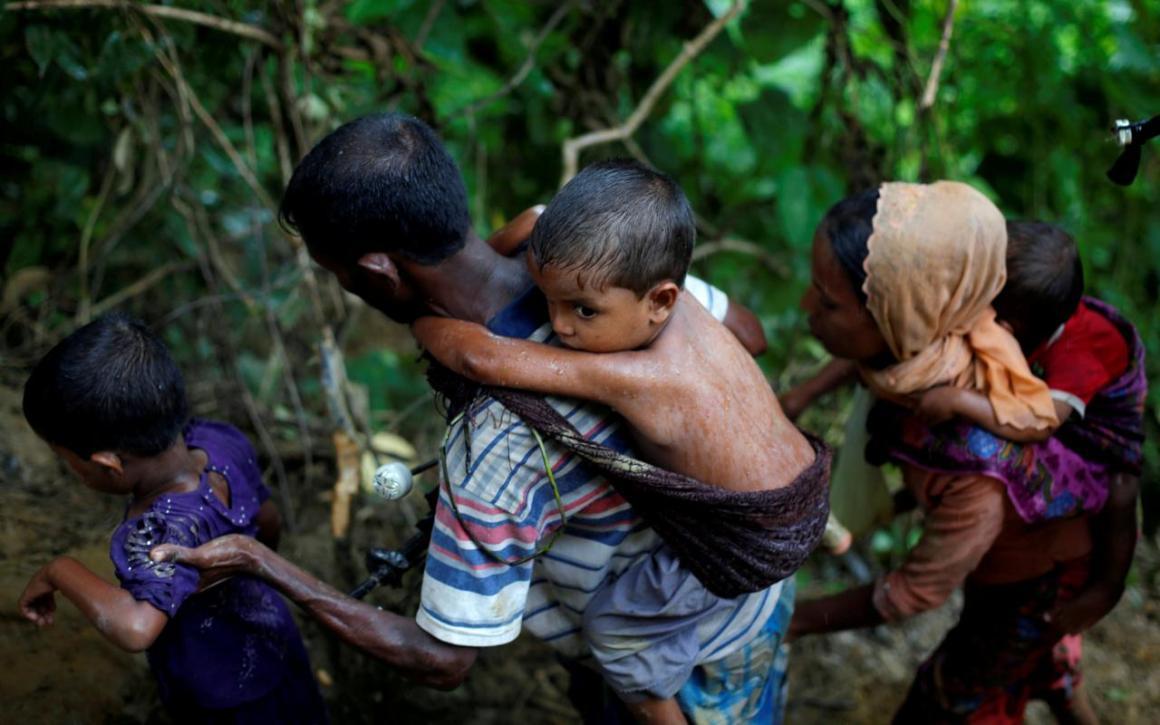 Rohingya refugees climb up a hill after crossing the Bangladesh-Myanmar border in Cox's Bazar, Bangladesh September 8, 2017. REUTERS/Danish Siddiqui