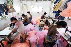Employees work inside a garment factory in Mumbai, India, June 1, 2016. Credit: Reuters/Danish Siddiqui
