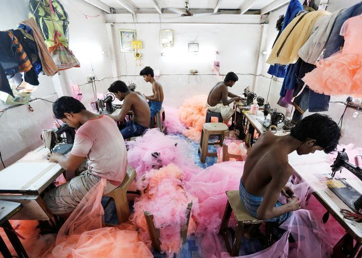 Employees work inside a garment factory in Mumbai, India, June 1, 2016. Credit: Reuters/Danish Siddiqui
