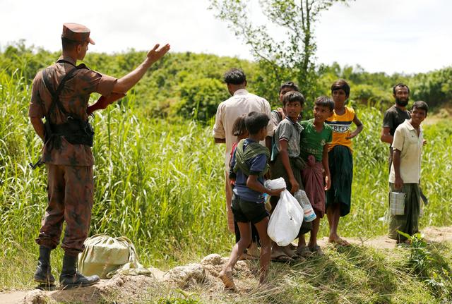 Members of Border Guard Bangladesh (BGB) stops Rohingya people who are trying to enter Bangladesh in Cox's Bazar, Bangladesh, August 27, 2017. Credit: Reuters