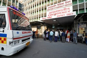 An ambulance arrives as people stand at the entrance of the emergency department of a government-run hospital in New Delhi, November 22, 2017. Credit: Reuters/Saumya Khandelwal