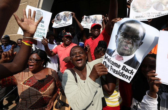 Supporters of Zimbabwe's former vice president Emmerson Mnangagwa await his arrival in Harare, Zimbabwe, November 22, 2017. Credit: Reuters/Mike Hutchings