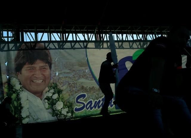 Supporters of Bolivia's President Evo Morales prepare for a meeting on a bid to declare his indefinite re-election in Santa Cruz, Bolivia, November 21, 2017. Credit: Reuters/David Mercado