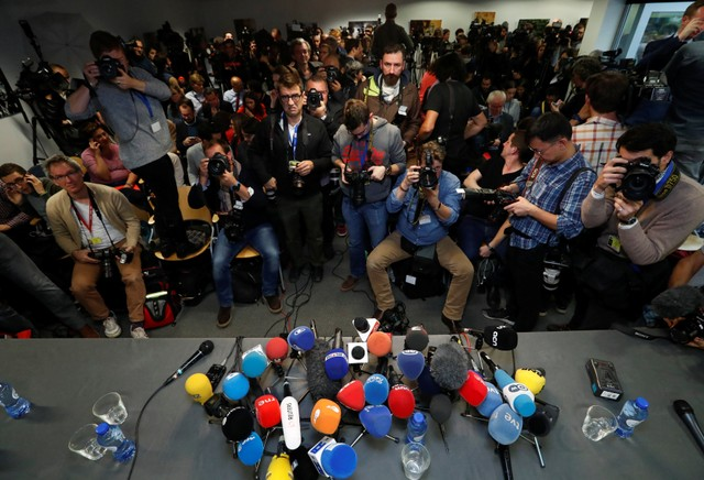 Journalists await the arrival of sacked Catalan leader Carles Puigdemont at the Press Club Brussels Europe where he is expected to give a news conference in Brussels, Belgium, October 31, 2017. Credit: Reuters/Yves Herman