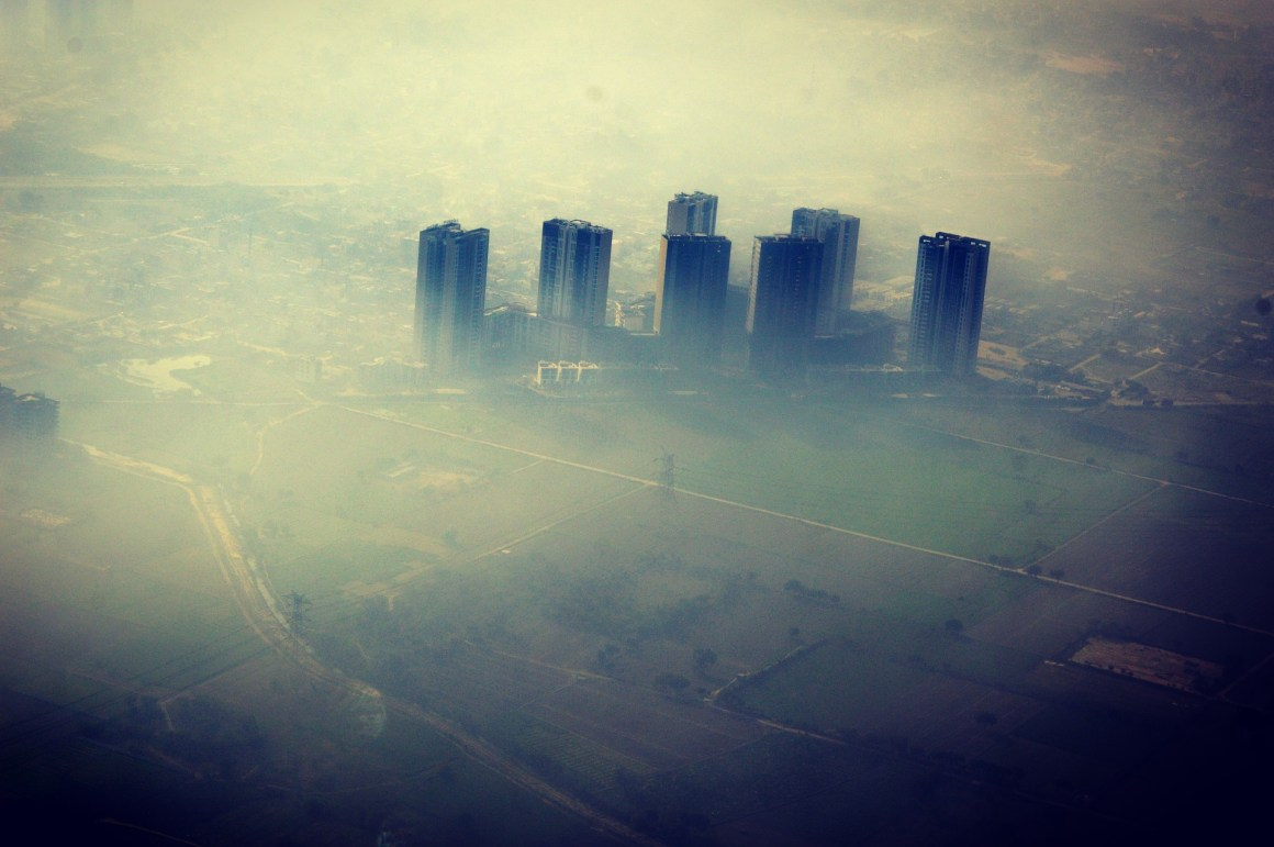 A bird's eye view of Delhi's smog. Credit: alvpics/pixabay