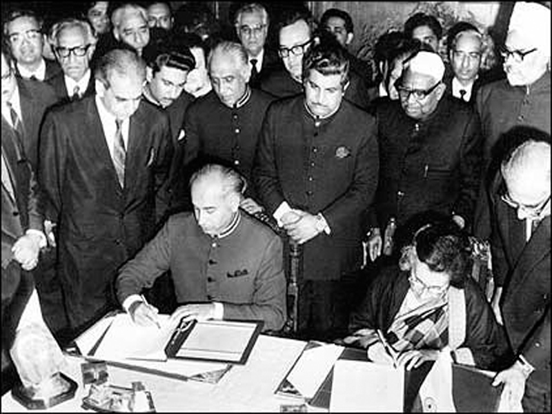 Pakistani President Zulfiqar Ali Bhutto and the Indian Prime Minister Mrs. Indra Gandhi signing the Simla Agreement. Credit: Bhutto.org