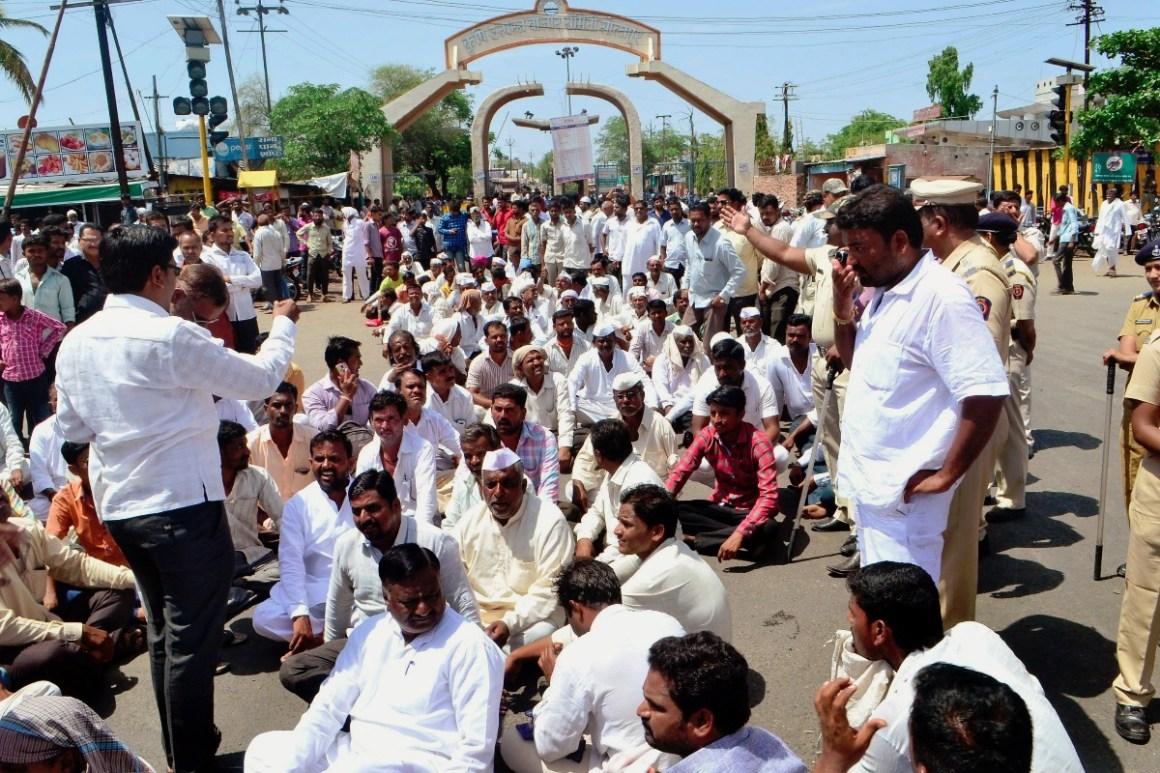 महाराष्ट्र के शोलापुर में रोड जाम करते आंदोलनरत किसान. (फोटो: पीटीआई)