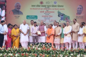 "The Union Home Minister, Shri Rajnath Singh distributing the Loan Waiver Certificates to the farmers under ""Fasli Rin Mochan Yojna"", in Lucknow on August 17, 2017. 	The Chief Minister of Uttar Pradesh, Shri Yogi Adityanath and other dignitaries are also seen."