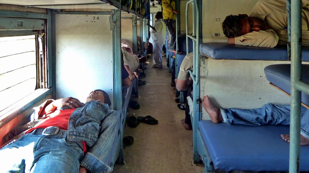 रेलवे ने यात्रियों के सोने के समय में एक घंटे की कटौती की
