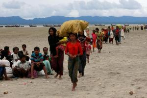 Rohingya refugees walk to a Border Guard Bangladesh (BGB) post after crossing the Bangladesh-Myanmar border by boat through the Bay of Bengal in Shah Porir Dwip, Bangladesh, September 10, 2017. REUTERS/Danish Siddiqui
