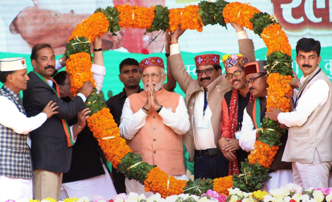 Kullu : Prime Minister Narendra Modi being garlanded by party leaders during an election rally in Kullu on Sunday.PTI Photo (PTI11_5_2017_000093a)