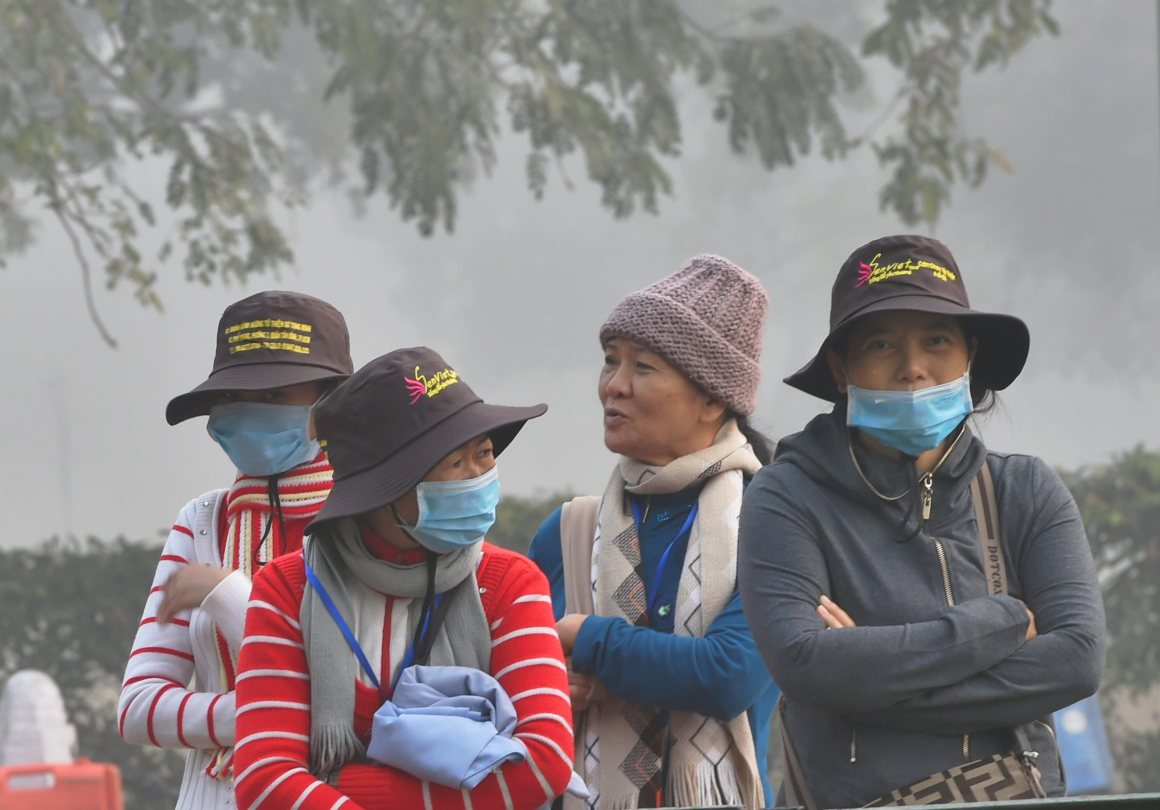 New Delhi: Tourists wear masks to protect themselves from heavy smog and air pollution in New Delhi on Thursday. PTI Photo by Shahbaz Khan (PTI11_9_2017_000073A)