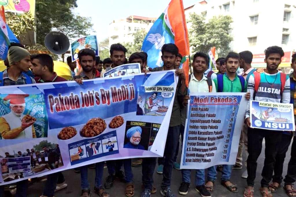 बेंगलुरु में रविवार को प्रधानमंत्री नरेंद्र मोदी की रैली से पहले छात्र-छात्राओं ने पकौड़ा बेचकर उनका विरोध किया. (फोटो साभार: फेसबुक/चंद्र मिश्रा)