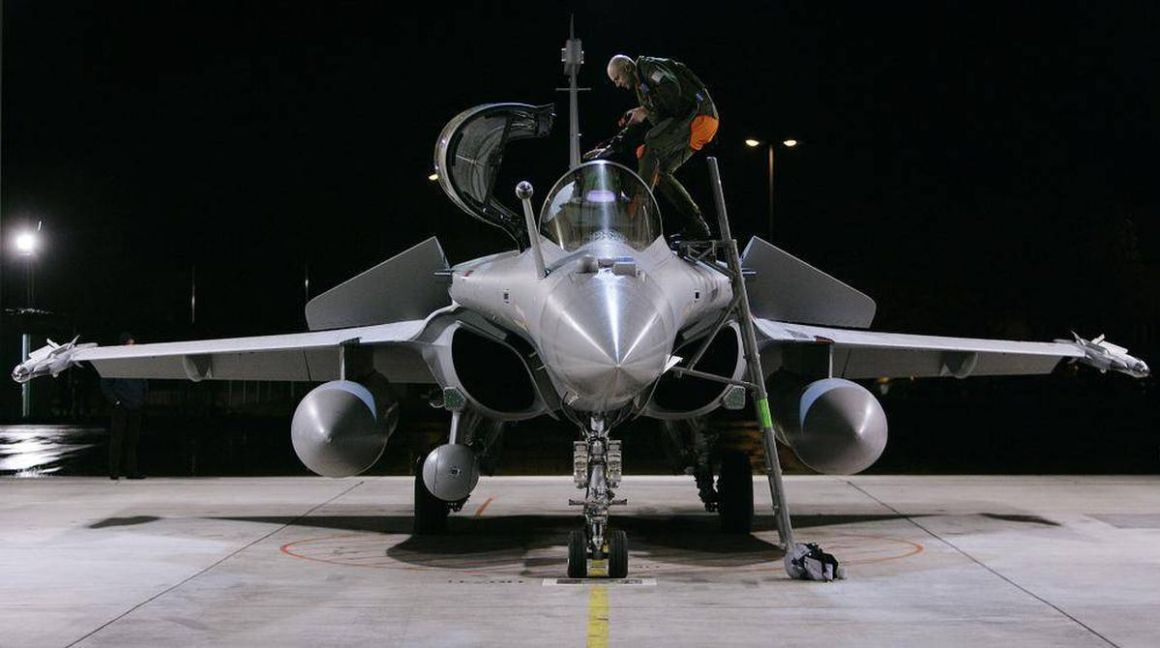 A pilot climbs into a French Dassault Rafale fighter jet at the Swiss Army Airbase in Emmen, central Switzerland October 28, 2008. MICHAEL BUHOLZER/REUTERS