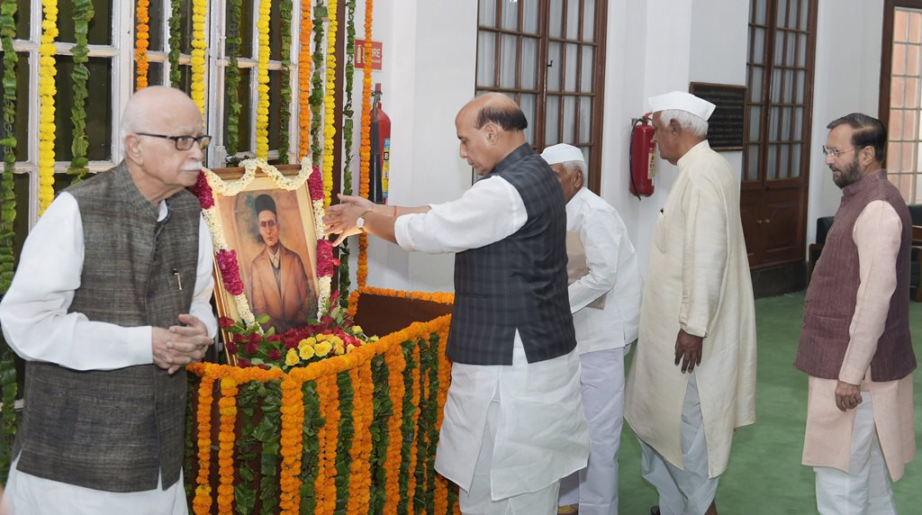 New Delhi: Home Minister Rajnath Singh paying floral tribute to Vinayak Damodar Savarkar on his birth anniversary at Parliament house in New Delhi on Monday. Senior BJP leader L K Advani also seen in the picture.(PTI Photo/Shahbaz Khan)(PTI5_28_2018_000033B)