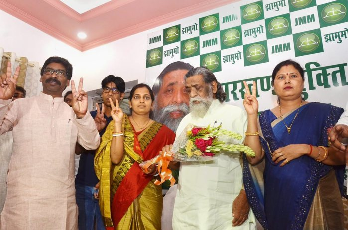Ranchi: Jharkhand Mukti Morcha (JMM) supremo Shibu Soren (C) and party's Executive President Hemant Soren (L) flash victory signs along with the party candidates Seema Mahto and Babita Devi for Silli and Gomia Assembly constituencies, in Ranchi on Friday. PTI Photo (PTI5_4_2018_000077B)