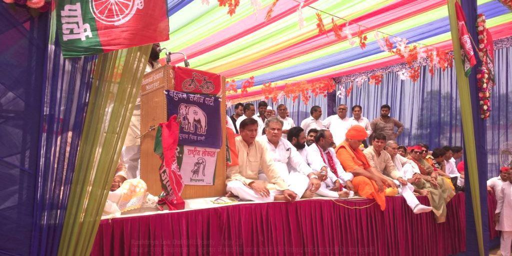 बीते 20 मई को नूरपुर विधानसभा के बुढ़नपुर में रालोद नेता जयंत चौधरी ने सांसद धर्मेंद्र यादव के साथ समाजवादी पार्टी के उम्मीदवार नईम उल हसन के समर्थन में रैली की. (फोटो साभार: ट्विटर/जयंत चौधरी)