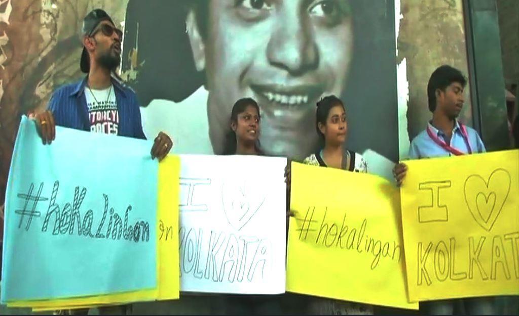 कोलकाता के कुछ मेट्रो स्टेशनों के बाहर दो मई को 'होक आलिंगन' और 'आई लव कोलकाता' के पोस्टर लेकर युवाओं ने मोरल पुलिसिंग का विरोध किया. (फोटो साभार: @zeesalaamtweet)