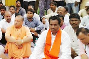 योगी आदित्यनाथ के साथ मनोज कश्यप (भगवा गमछे में), (फोटो साभार: फेसबुक/मनोज कश्यप)