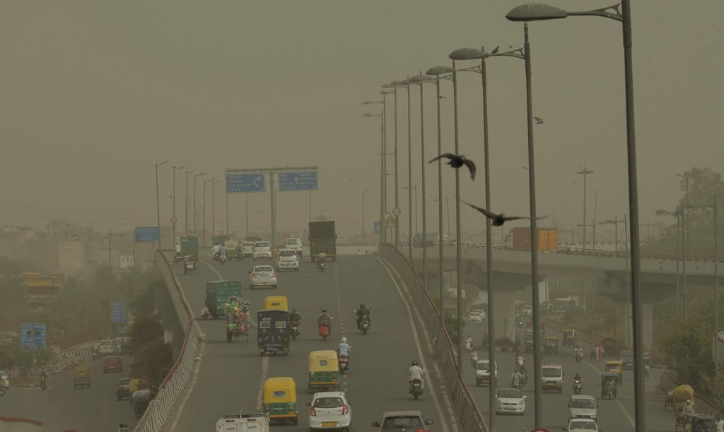 New Delhi: Vehicles ply slowly on a road as dust envelopes the sky over New Delhi, on Wednesday, June 13, 2018. (PTI Photo/Manvender Vashist)(PTI6_13_2018_000176B)