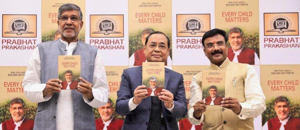 पुस्तक विमोचन के अवसर पर कैलाश सत्यार्थी और जस्टिस रंजन गोगोई (बीच में). (फोटो साभार: ट्विटर/कैलाश सत्यार्थी)