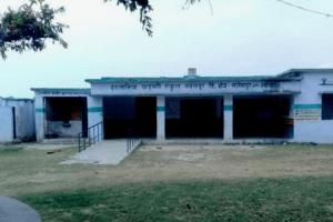सलेमपुर में स्थित प्राइमरी स्कूल. (फोटो साभार: ट्विटर)