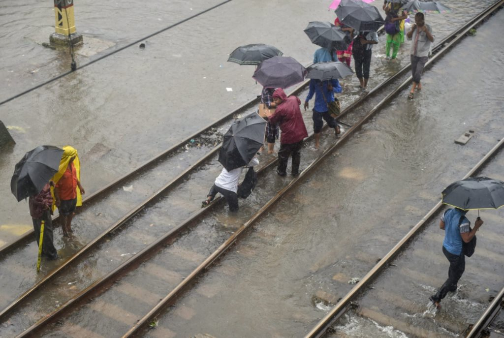 EDS PLS TAKE NOTE OF THIS PTI PICK OF THE DAY::::::::: Thane: A commuter tumbles while crossing the flooded tracks at Thane Railway Station during rains, in Thane on Monday, July 9, 2018. (PTI Photo/Mitesh Bhuvad) (PTI7_9_2018_000063A)(PTI7_9_2018_000173B)
