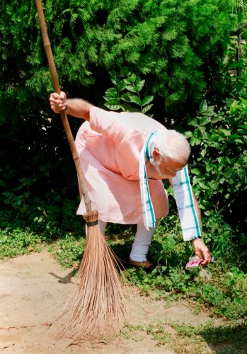 New Delhi: Prime Minister Narendra Modi undertakes a cleanliness drive under 'Swachhta Hi Sewa' campaign in the premises of Baba Sahib Ambedkar Higher Secondary School at Paharganj, in New Delhi, Saturday, Sept 15, 2018. (PTI Photo)(PTI9_15_2018_000050B)