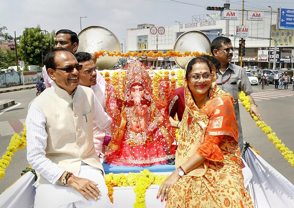 Bhopal: Madhya Pradesh Chief Minister Shivraj Singh Chouhan with his wife Sadhna Singh transport an idol of Lord Ganesh for installation at his residence on the occasion of 'Ganesh Chaturthi', in Bhopal, Thursday, Sept 13, 2018. (PTI Photo)(PTI9_13_2018_000097B)