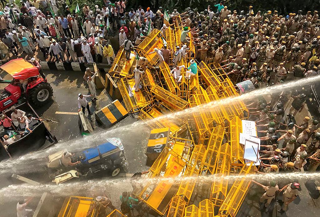 New Delhi: Police use water cannons to disperse farmers at Delhi-UP border during 'Kisan Kranti Padyatra', in New Delhi, Tuesday, Oct 2, 2018. (PTI Photo/Ravi Choudhary)(PTI10_2_2018_000026B)