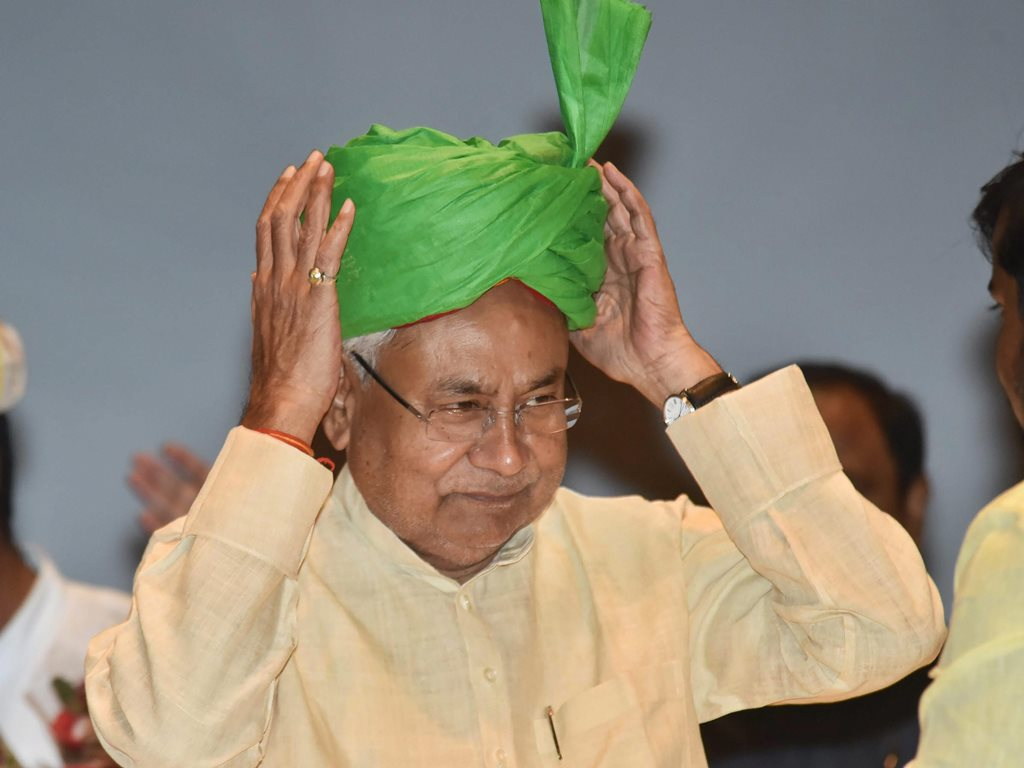 Patna: Bihar Chief Minister Nitish Kumar adjusts the turban during 'Virat Chhatra Sanagam', in Patna, Thursday, Oct 11, 2018. (PTI Photo) (PTI10_11_2018_000050B)