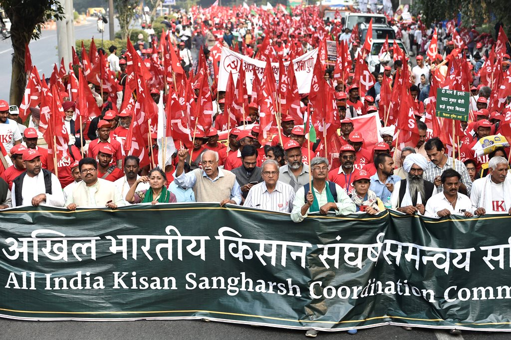 New Delhi: All India Kisan Sangharsh Coordination Committee (AIKSCC) members and farmers arrive for a two-day rally to press for their demands, including debt relief and remunerative prices for their produce, in New Delhi, Thursday, Nov. 29, 2018. (PTI Photo/Ravi Choudhary) (PTI11_29_2018_000070B)