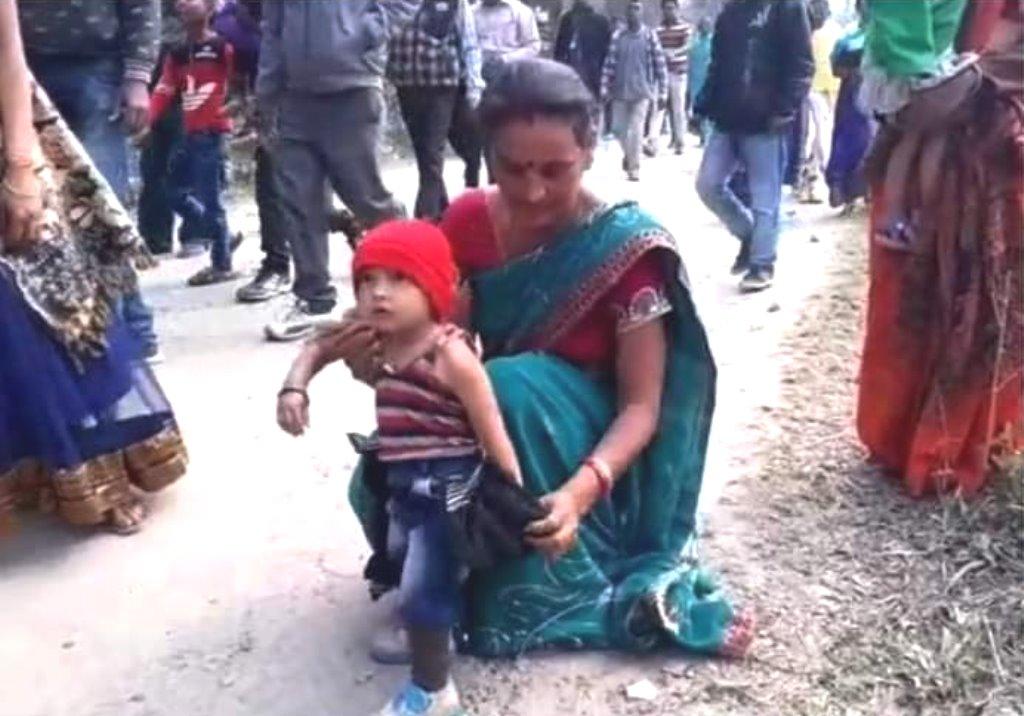 असम के बिश्वनाथ ज़िले मुख्यमंत्री सर्बानंद सोनोवाल के कार्यक्रम में शामिल होने आए बच्चे की काली जैकेट उतारवा दी गई.