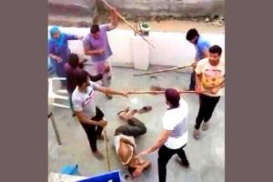 मुस्लिम परिवार से मारपीट करते लोग (फोटो साभार: यूट्यूब स्क्रीनशॉट)