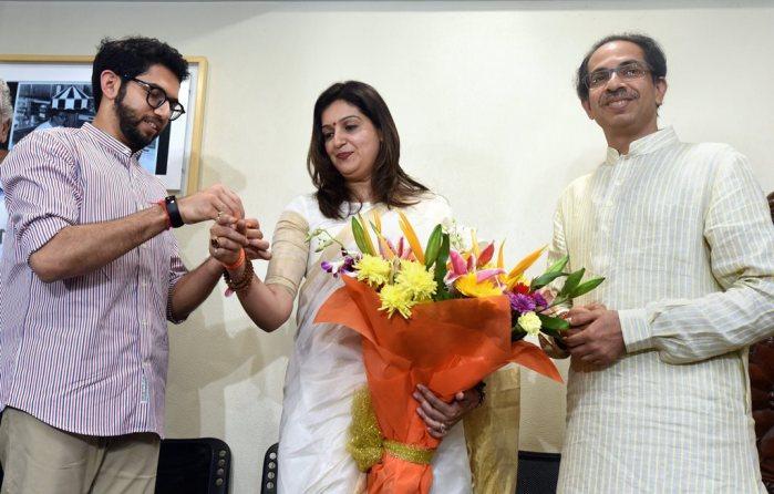 Mumbai: Yuva Sena chief Aditya Thackeray (L) and Shiv Sena Chief Uddhav Thackeray (R) welcome Priyanka Cahturvedi into the party by tying 'Shiv Bandhan', at Matoshri in Mumbai, Friday, April 19, 2019. (PTI Photo) (PTI4_19_2019_000074B)