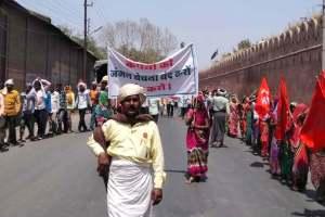 मध्य प्रदेश के बुरहानपुर में आदिवासियों द्वारा निकाली गई रैली. (फोटो: अनुराग मोदी)