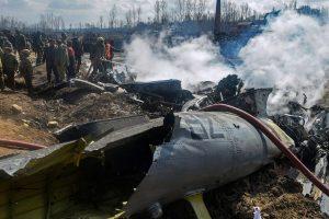 27 फरवरी को जम्मू कश्मीर के बड़गाम में दुर्घटनाग्रस्त भारतीय वायुसेना के एमआई-17 हेलीकॉप्टर का मलबा. (फोटो: पीटीआई)