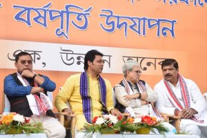 त्रिपुरा के मुख्यमंत्री बिप्लब देब (बाएं से दूसरे) के साथ सुदीप रॉय बर्मन (एकदम दाएं). (फोटो साभार: ट्विटर)