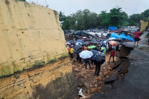 Malad: Rescue operations in progress at the site where a portion of a compound wall collapsed on shanties adjacent to it, in Pimpripada of Malad East, Mumbai, Tuesday, July 02, 2019. (PTI Photo/Shirish Shete )(PTI7_2_2019_000086B)