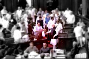 अनुच्छेद 370 पर राज्यसभा में वोटिंग के बाद गृहमंत्री अमित शाह के साथ प्रधानमंत्री नरेंद्र मोदी (फोटो साभार: राज्यसभा टीवी)