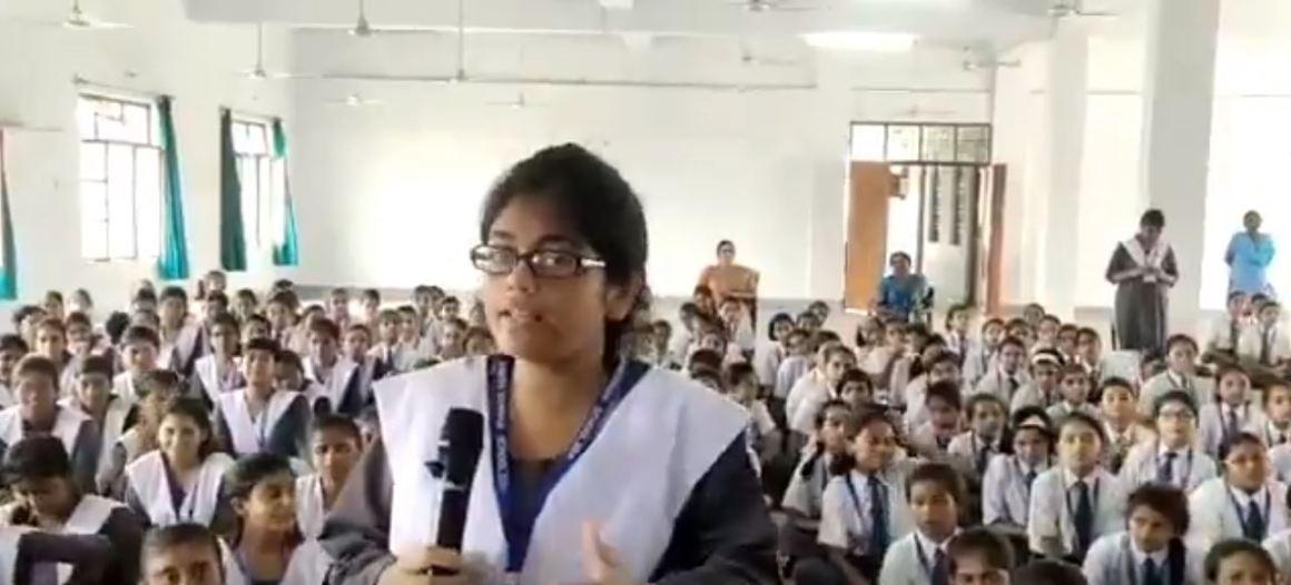बाराबंकी में पुलिस अधिकारी से सवाल पूछने वाली छात्रा.