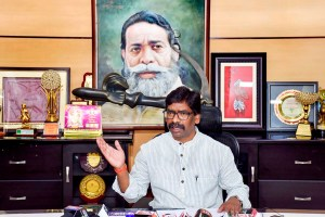 Ranchi: Jharkhand Mukti Morcha (JMM) executive president Hemant Soren addresses a press conference ahead of Jharkhand Assembly Elections, in Ranchi, Sunday, Sept. 15, 2019. (PTI Photo) (PTI9_15_2019_000038B)