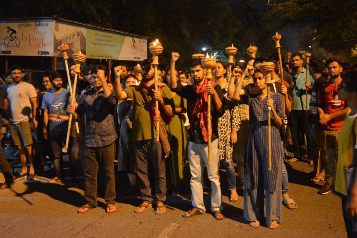 जेएनयू छात्रसंघ चुनाव के तहत छात्र कैंपस में मशाल जुलूस भी निकाल रहे हैं.