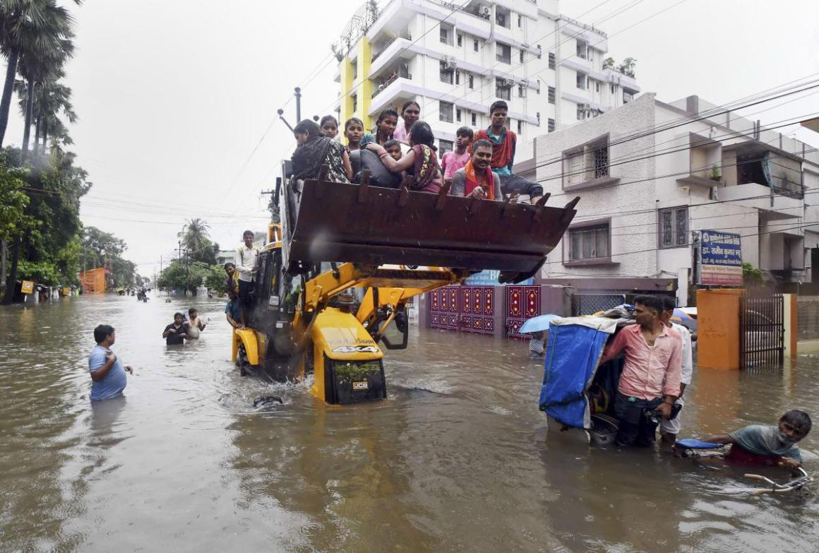 Patna Muncipal Corporation (PMC) officials in a JCB rescue to people from a water logged area after heavy rainfall in Patna. (PTI Photo) Read more at: https://www.deccanherald.com/national/east-and-northeast/17-killed-life-paralysed-as-rain-wreaks-havoc-in-bihar-764865.html