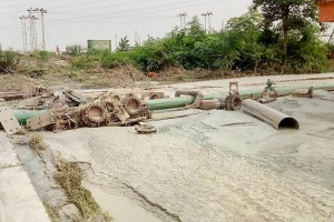 Singrauli: Ash and toxic residue leak due to a breach in an artificial pond at coal power plant run by public sector National Thermal Power Corporation (NTPC), in Singrauli, Monday, Oct. 7, 2019. (PTI Photo) (PTI10_7_2019_000150B)